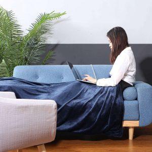 Travailler au chaud sur son canapé avec une couverture chauffante